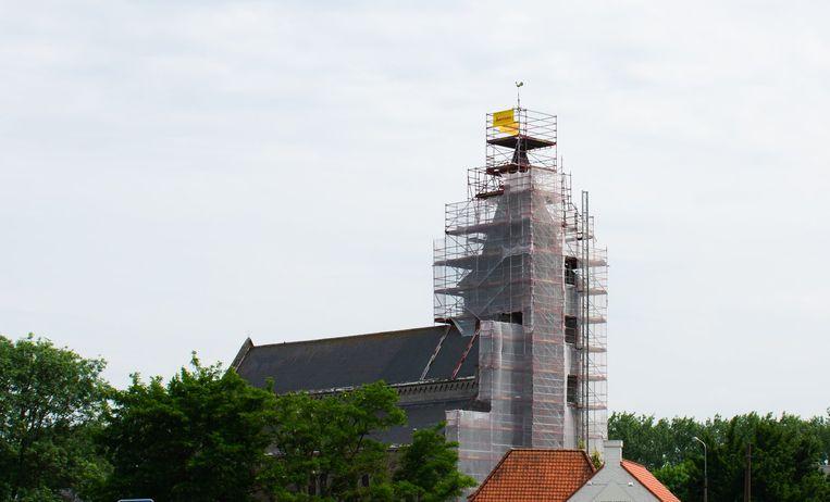 Er staan stellingen tot aan de top van de kerk.