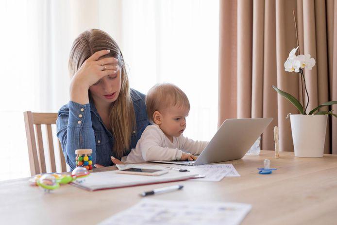 On parle de burn-out lorsqu'un parent est soumis à un excès de stress parental sans disposer de suffisamment de ressources pour en compenser l'effet. Ce phénomène peut toucher tout parent qui cumule plus de risques que de ressources pendant trop longtemps. Il s'épuise alors dans sa parentalité, jusqu'à devenir l'ombre de lui-même puis l'opposé du parent qu'il était et voulait être. Ce qui engendre parfois de graves conséquences pour les parents et pour les enfants.