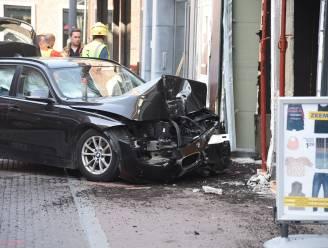 """Bestuurder wordt onwel en rijdt leegstaand winkelpand binnen: """"Vlak bij wekelijkse markt, dit had veel erger kunnen aflopen"""""""