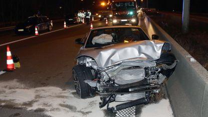 Jaguar slingert roekeloos over E313 en knalt tegen personenwagen, inzittenden plegen vluchtmisdrijf