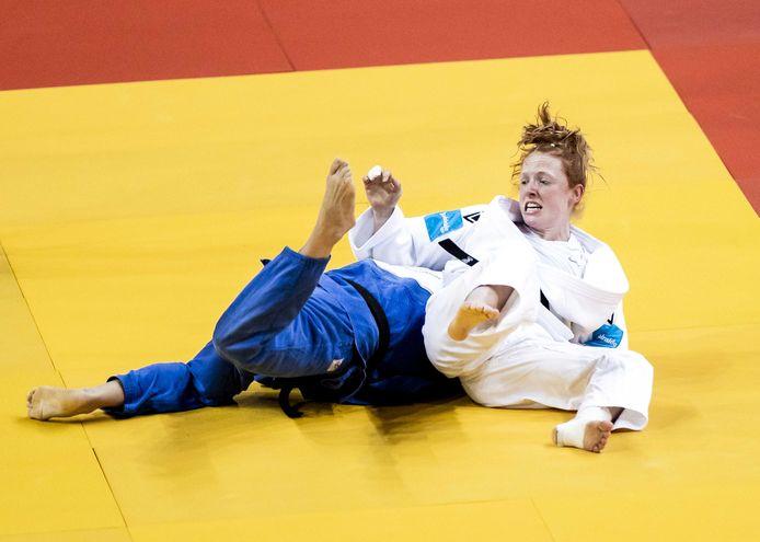 Naomi van Krevel (r) in actie tegen Estrella Lopez Sheriff uit Spanje tijdens de Europese Kampioenschappen Judo. De EK in Portugal zijn het laatste meetmoment voor plaatsing voor de Spelen van Tokio.