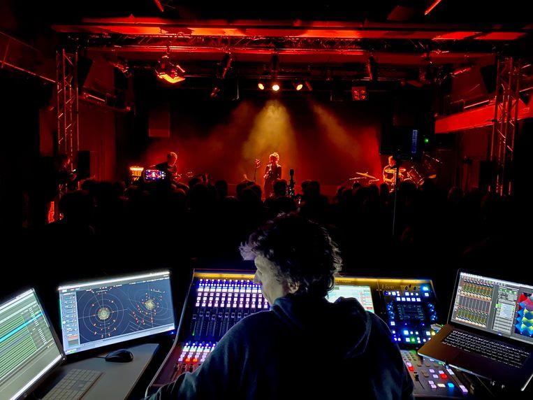 Om muziek in 3D tot bij het publiek te brengen, heb je natuurlijk een stevige installatie nodig.