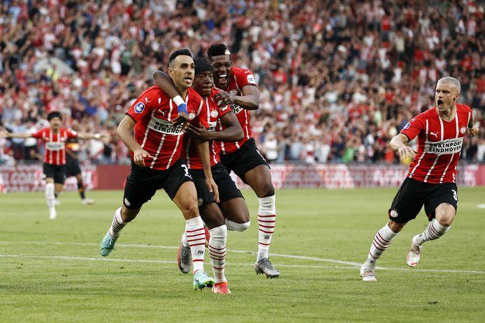 Eran Zahavi, Noni Madueke, Ibrahim Sangaré en Philipp Max schreeuwen het uit na de 2-0 van Eran Zahavi.