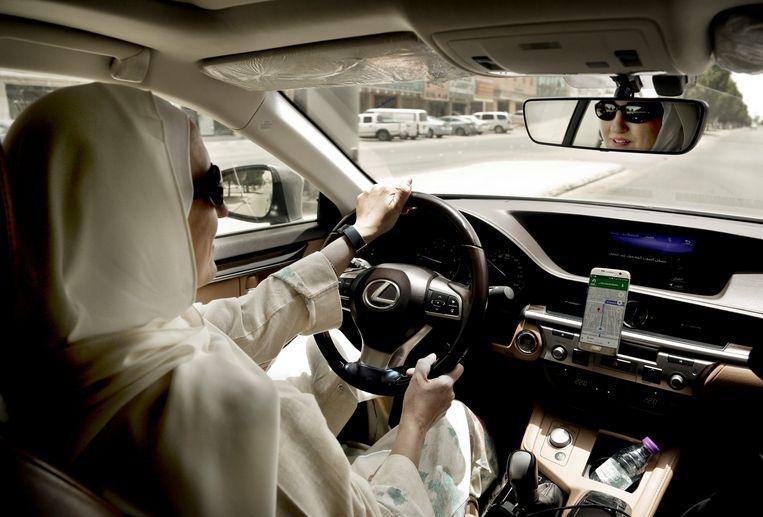 Vrouwen in Saoedi-Arabië mogen sinds juni vorig jaar autorijden. Of ze door de nieuwe wetswijziging ook zelfstandig mogen reizen, is nog onduidelijk.  Beeld AP