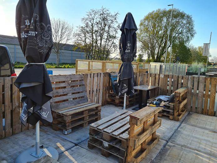 Het terras verdubbelde in oppervlakte en werd vooral gemaakt met steigerhout en paletten.
