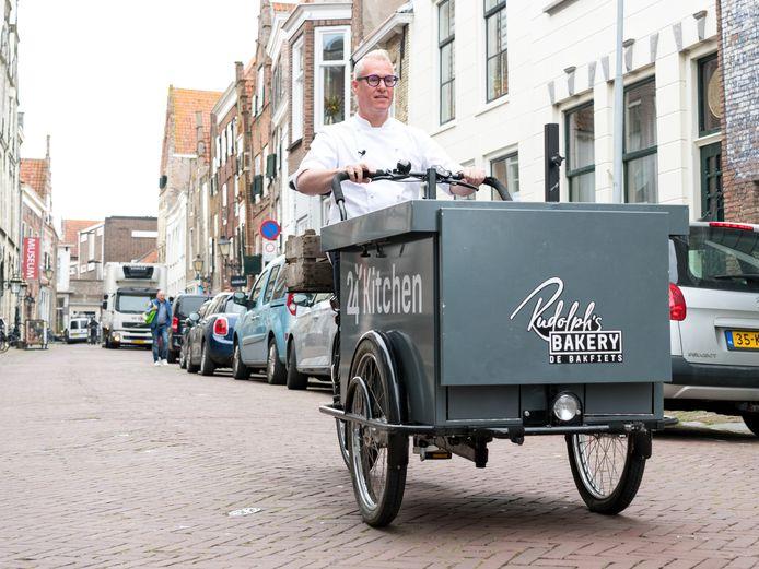Rudolph van Veen op zijn bakfiets in de Meelstraat in Zierikzee, waar hij op weg is naar de Man die Bakt