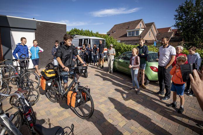 Uitgezwaaid door familie en vrienden begint de 17-jarige Naud Drost deze maandagmorgen aan de fietstrip naar de Noordkaap.
