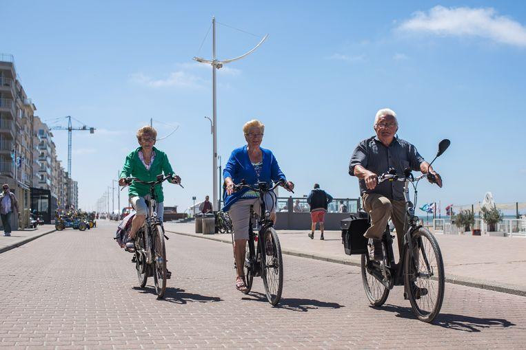 Senioren op stap in Koksijde. De vergrijzing is wat ze is, dus moeten we kijken naar de productiviteit. Beeld Bas Bogaerts