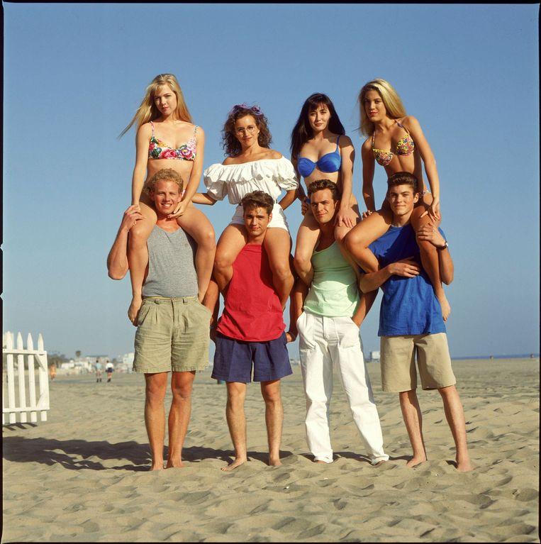 De nog jonge cast van seizoen 1, met Jennie Garth, Gabrielle Carteris, Shannen Doherty, Tori Spelling, Ian Ziering, Jason Priestley, Luke Perry en Brian Austin Green. Beeld Photo News