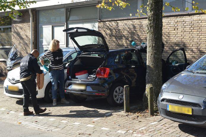 Auto onderzocht op Telexstraat in Den Haag.