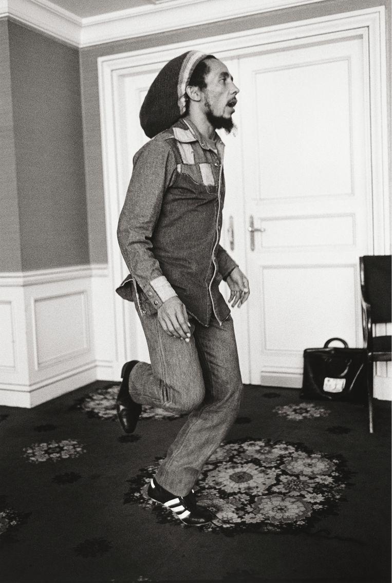 Een blije Bob Marley, met één voetbalschoen. Herman Selleslags: 'Hij was een enorme voetbalfan en had om een Anderlecht-uitrusting gevraagd.' Beeld luster
