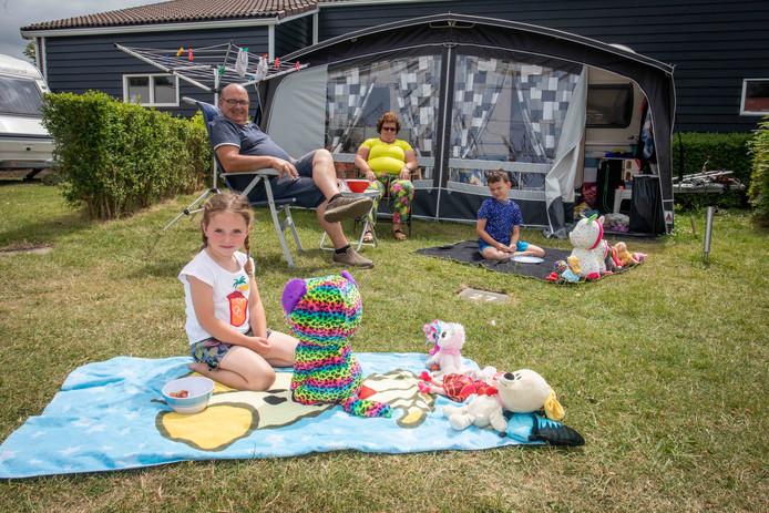 Kees en Irma Gruijthuisen uit Berghen hebben kleinkinderen Malin en Mels op bezoek.