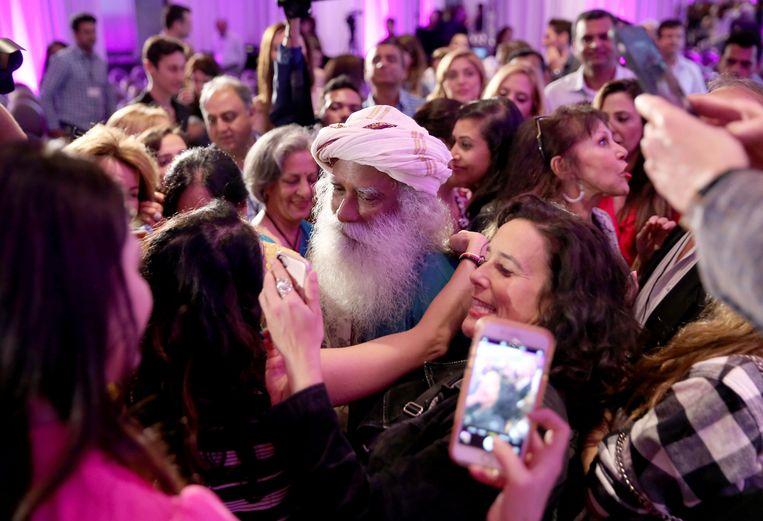Sadhguru omringd door fans. 'Mensen hebben oplossingen nodig. Ik heb een manier om hen in een oplossing te veranderen.'  Beeld Getty Images for Visionary Women