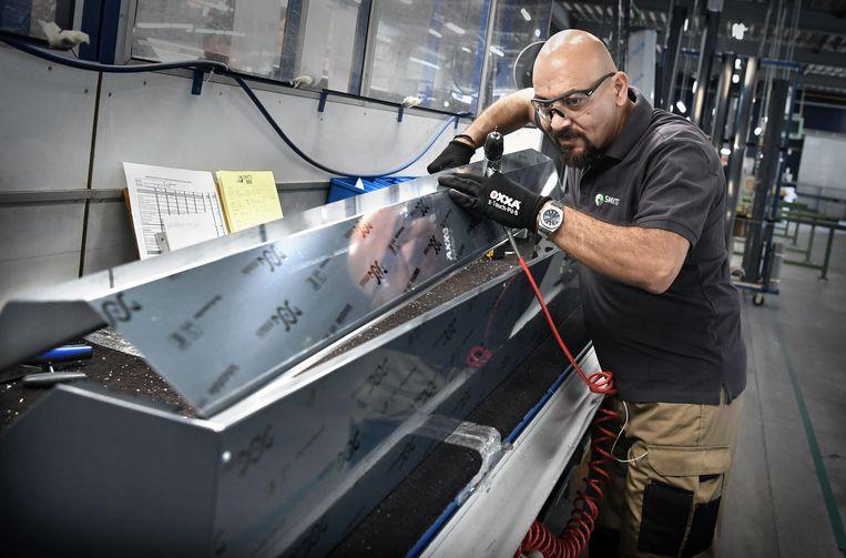 Mohannad werkt niet als onderwaterlasser, zoals hij had gehoopt, maar zet rolluiken in elkaar in een fabriek.  Beeld Marcel van den Bergh / de Volkskrant