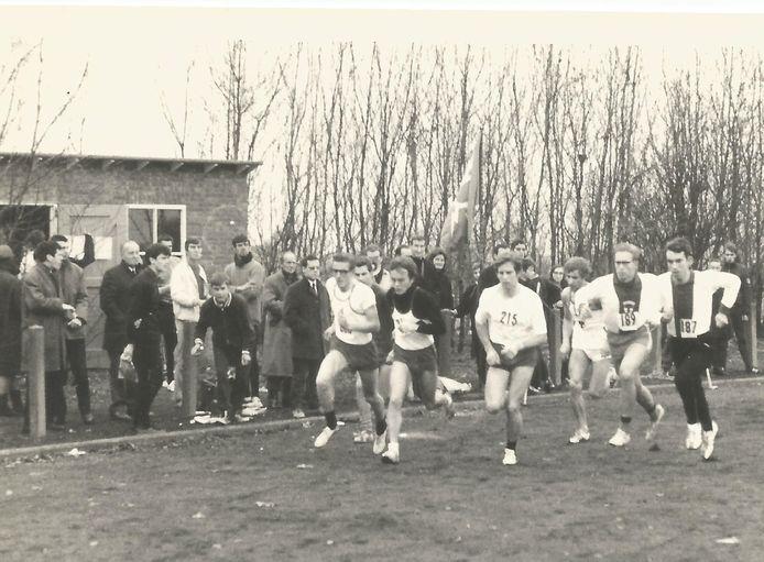 De start van de Sint Nicolaascross op de baan van Middelburg met onder anderen Jan van den Dries (187), Sjaak Sinke (189) en Cees van Oosten (donkere mouwen).