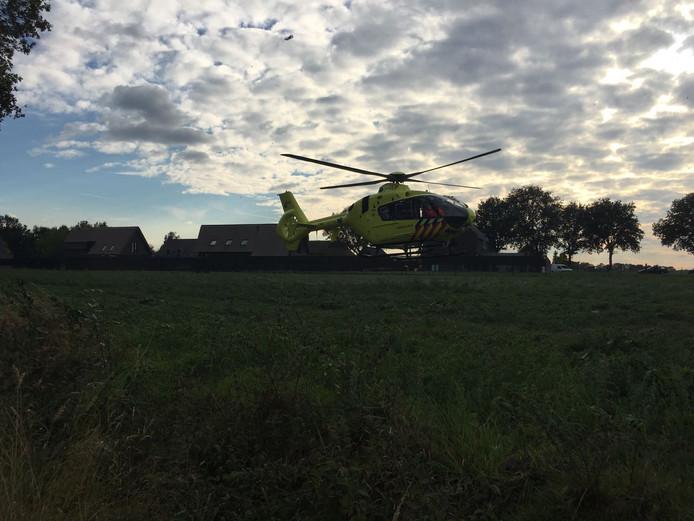 Een traumahelikopter landt op de Loovebaan in Someren.