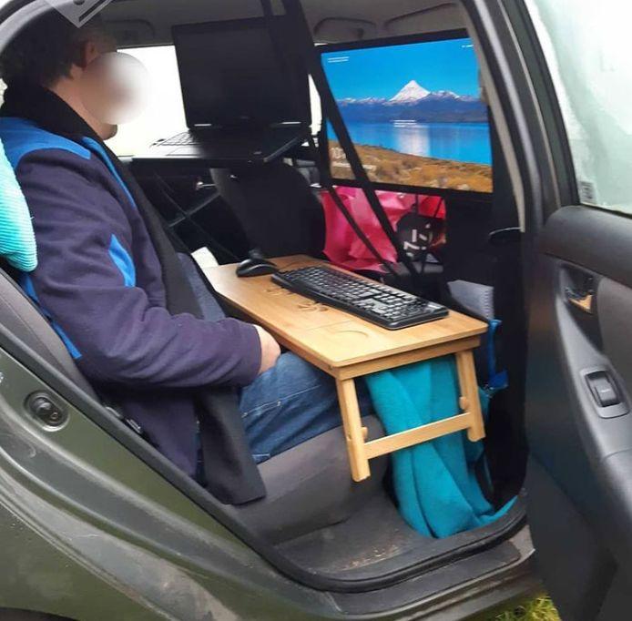De man verhuisde zijn kantoor naar zijn auto.