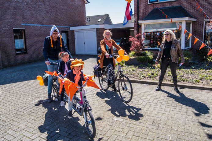 Niet alleen de straat, ook de fietsen kregen een oranje opknapbeurt.