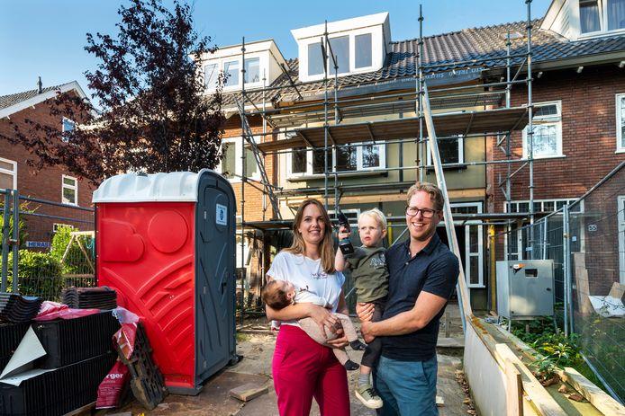 Tobias de Groot en Eva Boelens met Quirijn en Amélie bij hun huis in aanbouw.