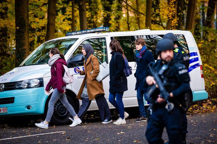 Studenten mochten onder politiebegeleiding de campus verlaten.