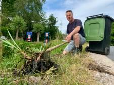 Arie haalt in zijn vrije tijd 'liezen' uit de sloot zodat kinderen kunnen vissen
