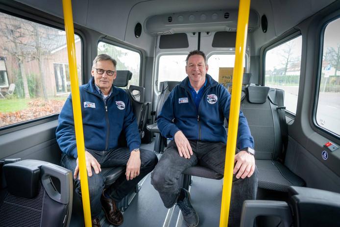 Erik Thoonen en Jos Ouwerling in Buurtbus 556. De buurtbus tussen Heteren en Elst (via Driel) trekt veel meer passagiers dan verwacht.