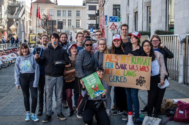 """De jongeren verzamelden met voorwerpen die veel lawaai maken om de """"vervuilers"""" wakker te schudden"""