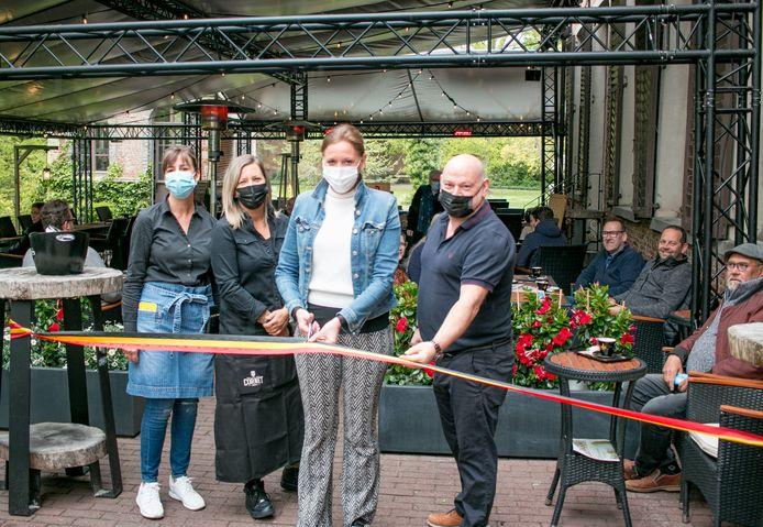 Met het symbolische lintje erbij: in Kasteel Walburg is de heropening feestelijk ingezet.
