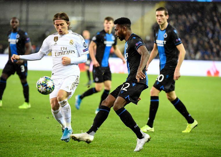Luka Modric van Real Madrid en Emmanuel Bonaventure Dennis van Club Brugge tijdens de Champions League-match van afgelopen oktober. Beeld Photo News