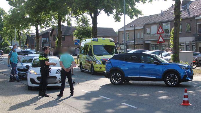 Aan de Edseweg in Wekerom zijn maandagavond drie auto's achterop elkaar gebotst.