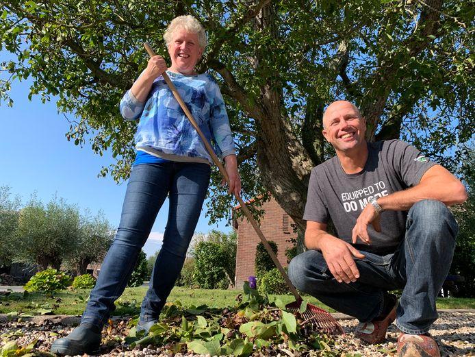 Jacqueline en Arie Vonk uit Giessenburg hebben een notenboom van ruim honderd jaar oud. De hele buurt helpt geregeld met rapen.