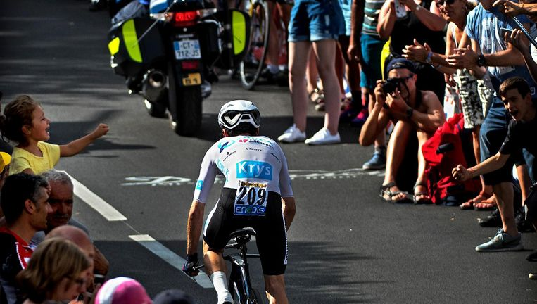 Adam Yates in zijn witte trui voor de leider in het jongerenklassement tijdens de tijdrit van donderdag. Beeld Klaas Jan van der Weij / de Volkskrant