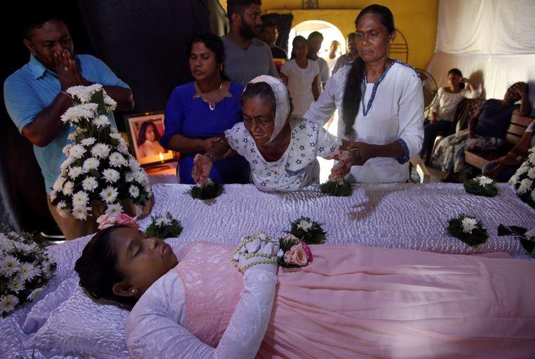 Een grootmoeder rouwt om de dood van haar kleindochter. Beeld REUTERS