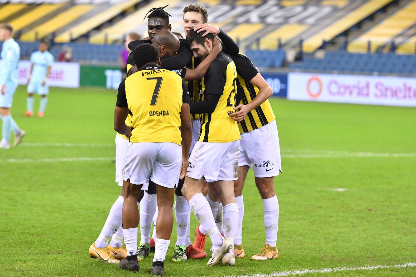 Matus Bero wordt bejubeld door zijn ploeggenoten.