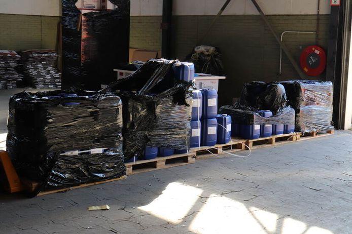 Bij doorzoekingen in loodsen in Den Haag en Honselersdijk zijn deze week meer dan 2000 liter drugschemicaliën en ruim 16,5 kilo cocaïnebase gevonden. Een 27-jarige man uit Rijswijk is maandag opgepakt.