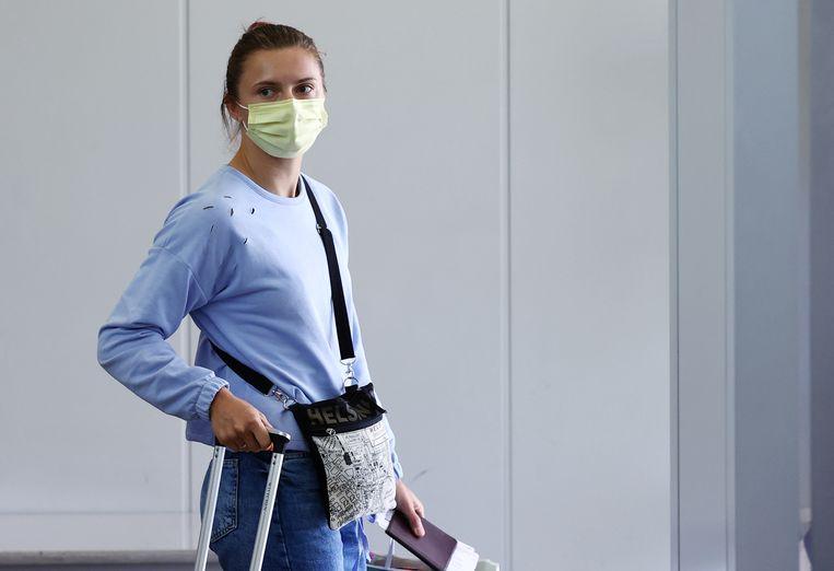 De Wit-Russische atlete Kristina Tsimanoeskaja op het Narita vliegveld nabij Tokio. (04/08/2021) Beeld REUTERS