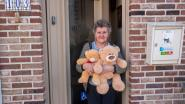 Op jacht met de kinderen: zoeken naar pluchen beren achter de ramen