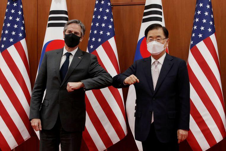 De Amerikaanse minister van Buitenlandse Zaken Antony Blinken (links) en de Zuid-Koreaanse buitenlandminister Chung Eui-yong tijdens Blinken's bezoek aan Zuid-Korea. Beeld REUTERS