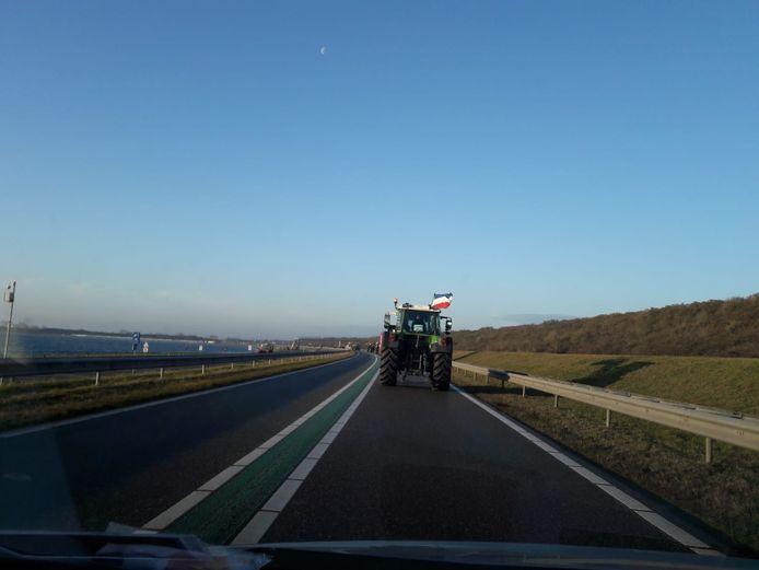 De trekkers rijden over de Veerse Gatdam.