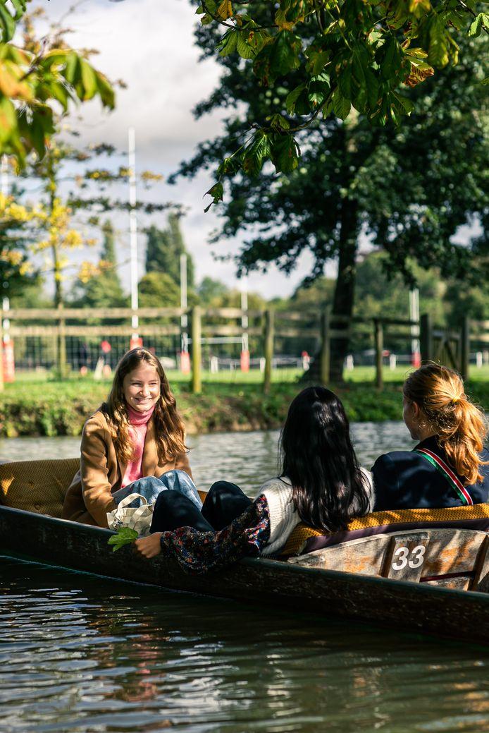 La princesse Elisabeth et deux amis en train de faire du bateau sur la rivière Cherwel, l'une des activités typiques des étudiants d'Oxford.