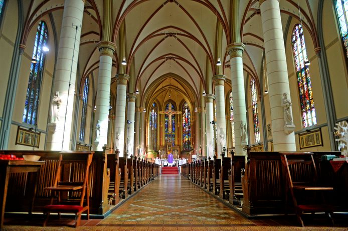 Kardinaal Eijk gaat voor in de eucharistieviering in de Lambertusbasiliek in Hengelo. De kerk is leeg, maar via de televisie volgen tienduizenden mensen de dienst.