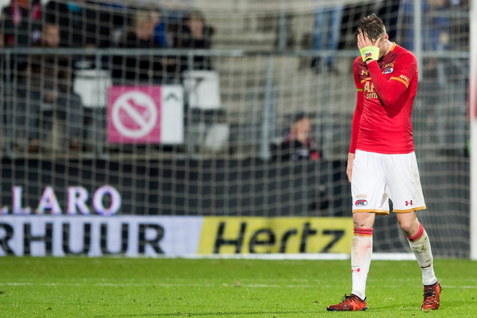 AZ-speler Wout Weghorst verlaat het veld na zijn rode kaart