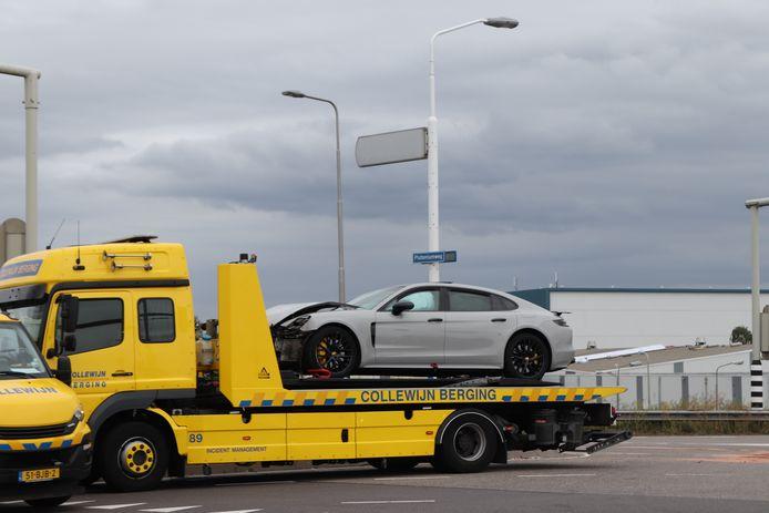 De Porsche en het bestelbusje zijn door een berger afgevoerd.