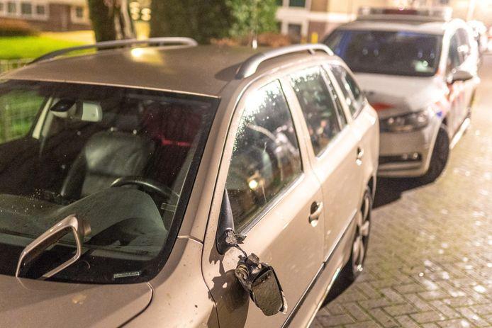 Een van de vernielde auto's in de Patrijsstraat in Alblasserdam.