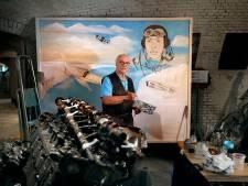 Gerrit (79) schildert ín het museum een eerbetoon aan een WO2-piloot: 'Elk detail moet kloppen'