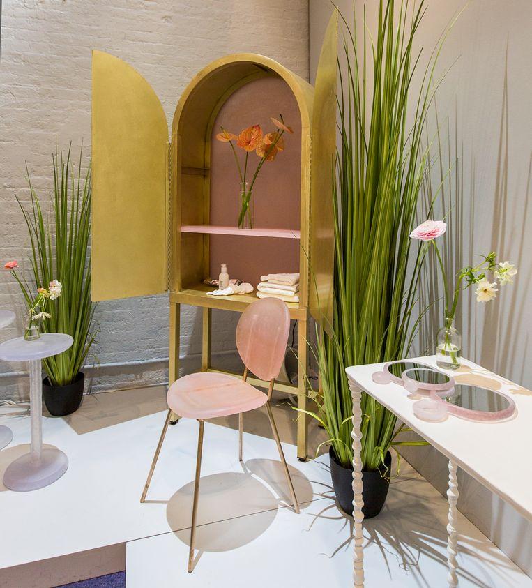 Glossier van Kim Markel: een collectie transparante, gekleurde stoelen, een kast, een bijzettafeltje en handspiegels vervaardigd uit lege make-upverpakkingen. Beeld bart Michiels