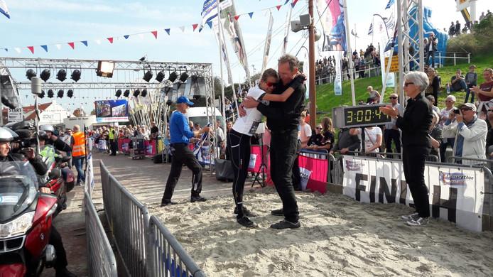 Liselotte van den Berg valt Lein Lievense in de armen na haar zege in de Kustmarathon