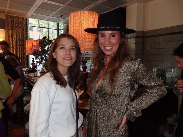 Mariëtte van der Heide en Simone Sassmannshausen van Ganbaroo PR: 'Zal ik met een fles wodka op de foto gaan?' Beeld Hans van der Beek
