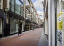 Een lege winkelstraat in het centrum van Amsterdam.