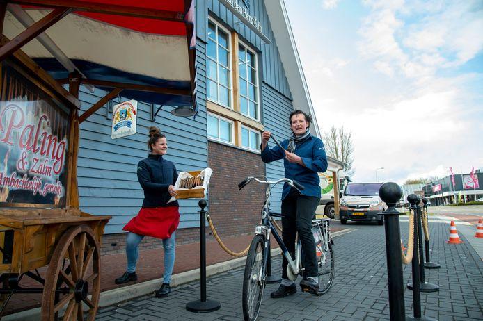 Vishandelaar Peter van den Berg in Harderwijk doet voor het eerst mee met Culihoppen, palinghappen op de fiets in de drive-through naast de palingrokerij.